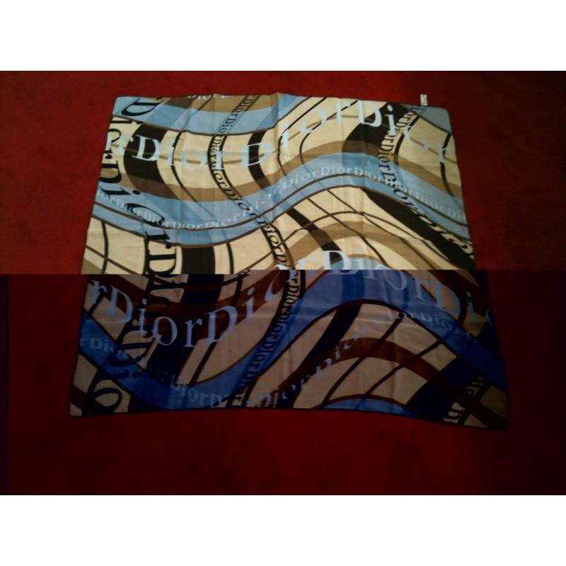 Foulard Dior en soie fond beige et bleu. - Très bon état - 733768381d9