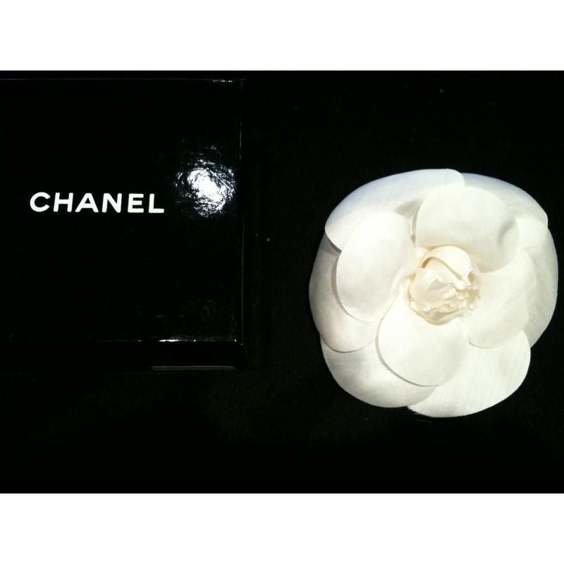 Broche Camélia CHANEL palqué or et fleur en soie blanche en vente ... b2585c9d5e5