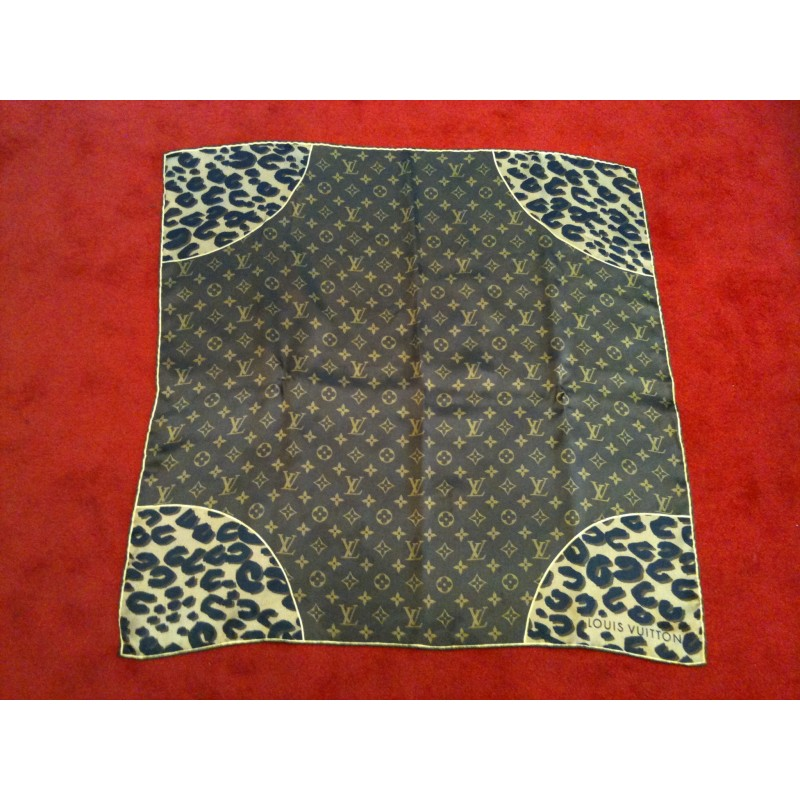 a basso prezzo fa0f5 5de14 Foulard Louis Vuitton Monogram et Léopard en soie