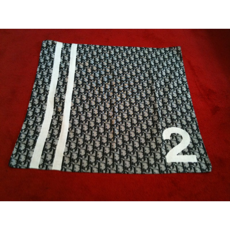 71ff30aa8a5c Foulard Dior Logo petit format en coton. Vendu