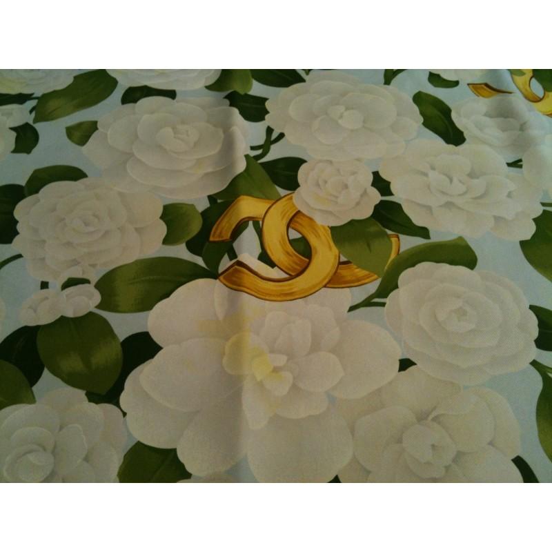 ebdf644a99f6 Foulard Chanel Camélias blanc en soie. Promo -40%