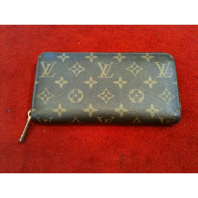 5bc2c5470067 Portefeuille Louis Vuitton Zippy en toile monogram. Vendu