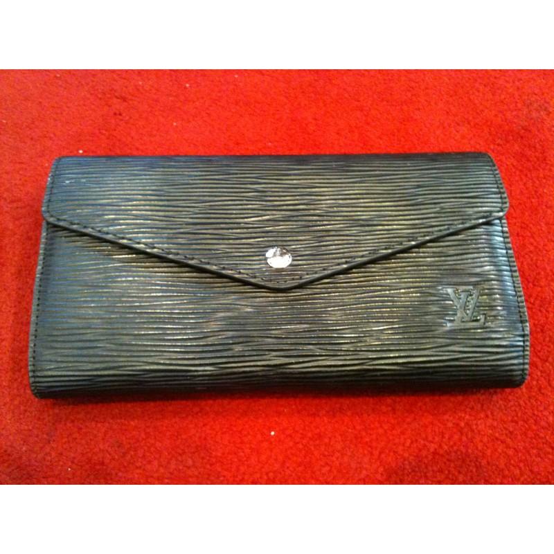 Portefeuille Louis Vuitton Sarah en cuir épi noir. Vendu e61bb30b7ec
