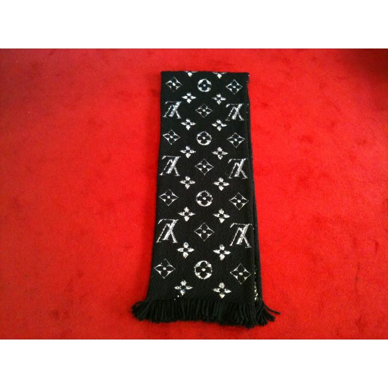 Écharpe Louis Vuitton Logomania Shine noire. Vendu 8676d57e4bf