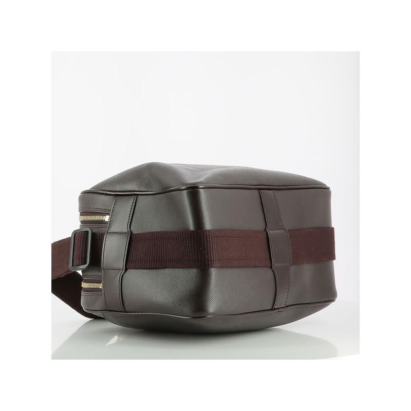 257a7c732e4a ... Marques · Sac Louis Vuitton Reporter en cuir Taïga. Cliquez sur l image  pour lancer l animation